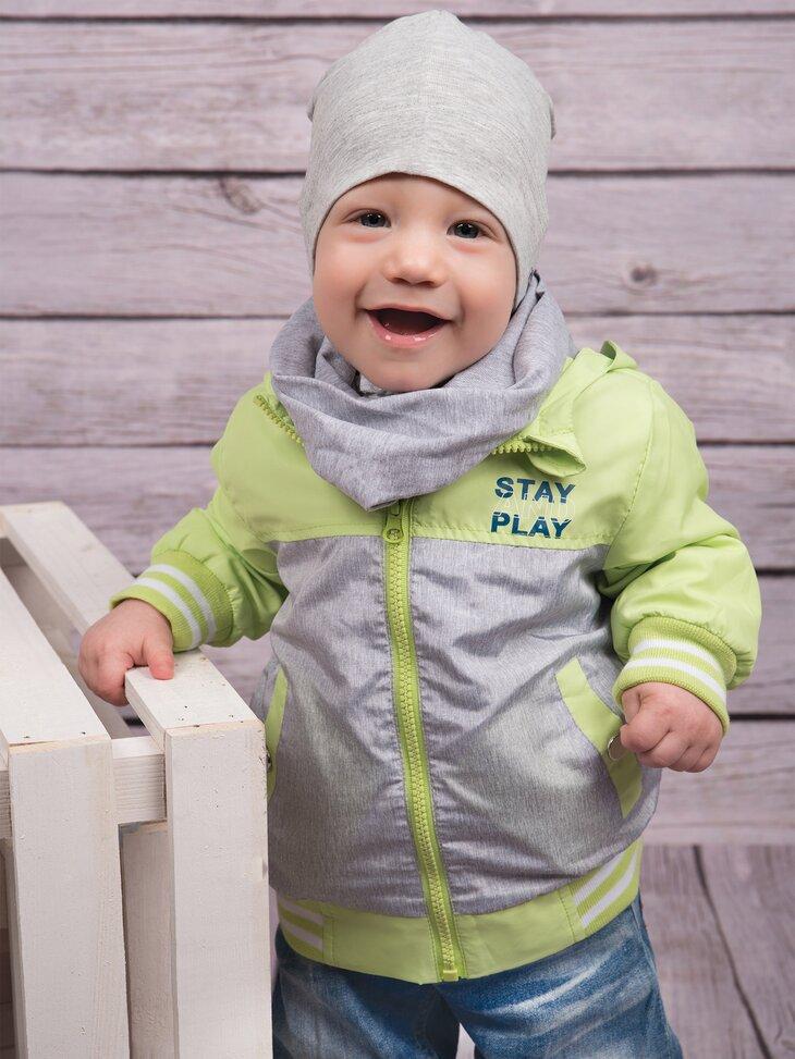 dziecko w kurtce z kapturem
